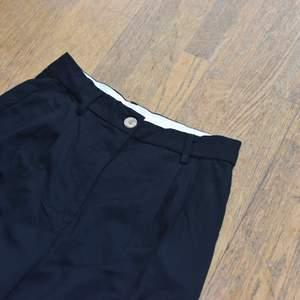 Ett par kostymbyxor i storlek 40 som ej är använda, lappen kvar. Sitter fint, men kommer tyvärr inte till användning.