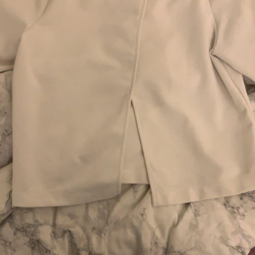 Vit tröja från zara storlek S med slits i ryggen . Övrigt.