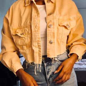 Jeans jacka i ljus orange färg från zara, oversized och croppad, stl XS men kan användas av XS-L. Köpt för 399 men säljs för 180kr. Nyansen är washed orange. Kan även mötas upp🌸
