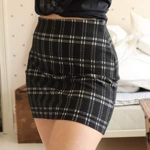 Hemma-fixad kjol, jättesnygg och skön! Trendigt mönster, insydd i midjan så den passar bra på personer som har en smal midja. Men det är resår så den funkar även annars också!