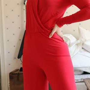 En snygg röd byxdress från Gina som är perfekt nu till jul eller till andra festligheter