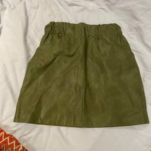 En snygg och stilren kjol som passar till de mesta. Kjolen är från zara och är i storlek S! Knappt använt den och därför väljer jag att sälja 💗 jag säljer den för 90kr men pris går att diskutera