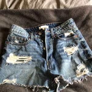Blåa jeansshorts från HM, använd Max 2 ggr, högmidjade, jättefina men är för små för mig tyvärr:(