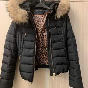 En svart Hollies jacka med äkta päls. Storlek 34, alltså XS. Använd en vinterperiod, trots det är den i god skick. Köpt för ungefär 3000kr men säljer för 2300, pris kan diskuteras!