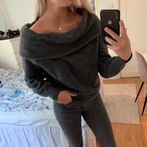 Knappt använd stickad tröja från H&M i storlek XS. Jätte fin och passar mig som använder kläder i S. Frakt tillkommer!