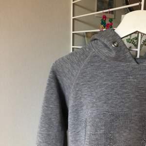 Så mysig ljusgrå hoodie (bild 2 visar färgen irl) i strl S äkta från UCLA! 💜💖 Glitterstenarna ger den det lilla extra! Frakt inräknad i priset, pris kan diskuteras vid snabb affär!