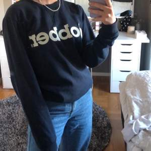 säljer min sweatshirt ifrån dobber! den är i ett väldigt bra skick! om ni vill ha fler bilder eller undrar över någonting är det bara att skriva till mig, köparen står för frakten :)