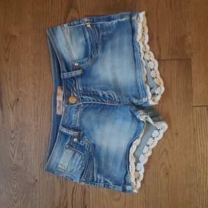 Söta jeansshorts med spetsdetaljer. Säljes då de är för små. Storlek M (obs små i storleken, passar nog s-xs). Frakt ingår.