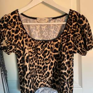 En jättesöt croppad leopardmönstrad t-shirt med gullig spets detalj från Urban outfitters Urban renewal kollektion. Storlek M, men passar S lika bra eftersom det är vad jag brukar ha i kläder. Köpare står för frakt💞