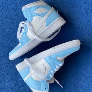 Air Jordan 1 pastell blå customs 🤍. Även Tillgänglig i storlek 37.5, 38 och 38.5. Få par kvar! besök Daayii.com