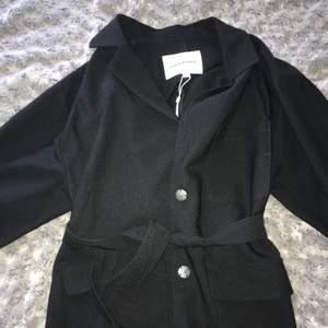 Svart oanvänd kappa som är perfekt nu till hösten🖤🍁 Köpt på MQ Prislappen kvar! Frakt kostar mellan 66-89kr, Priset kan diskuteras.