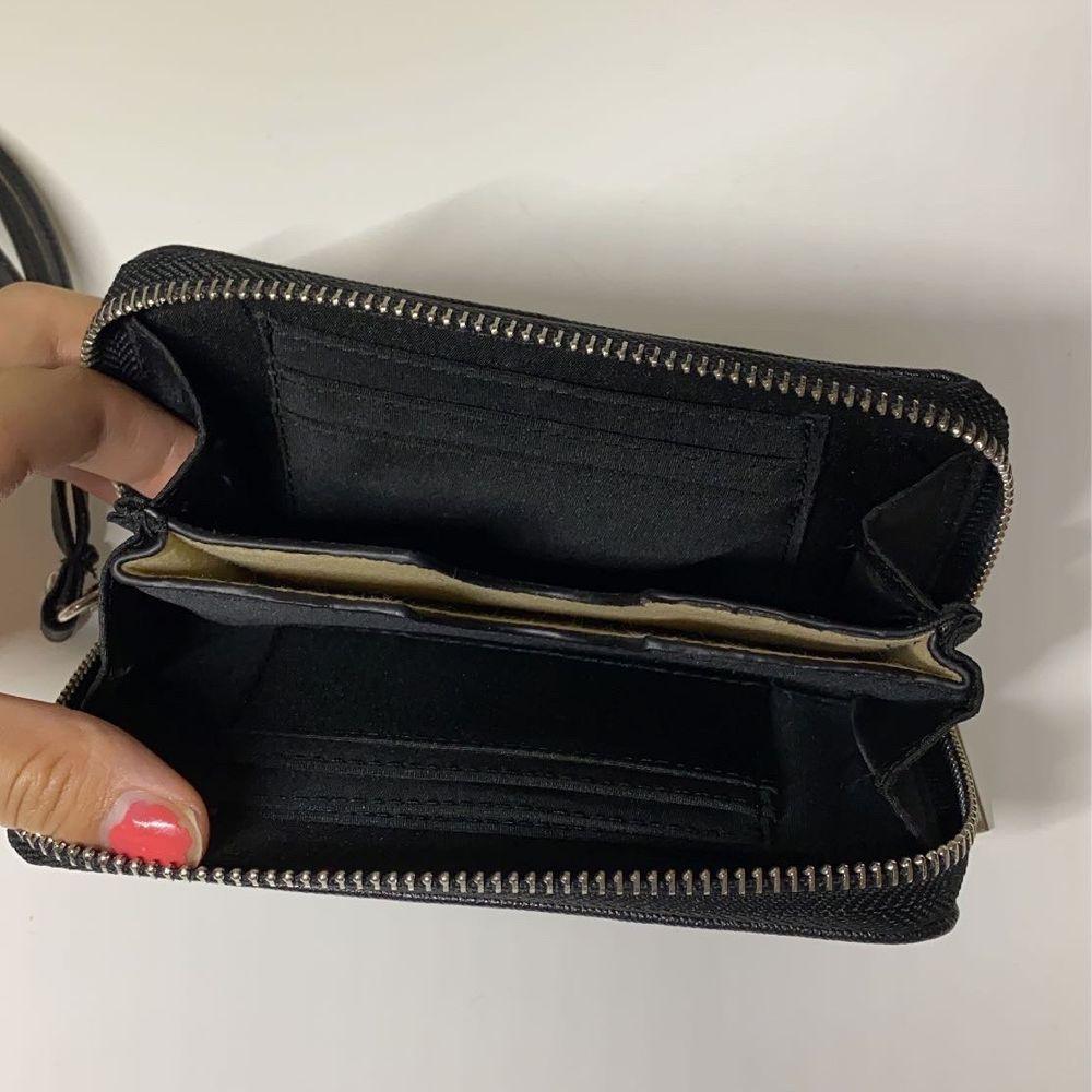 Säljer denna fina svarta plånboken, stort utrymme och många fack! Aldrig använd☺️ 20kr + frakt💕. Accessoarer.