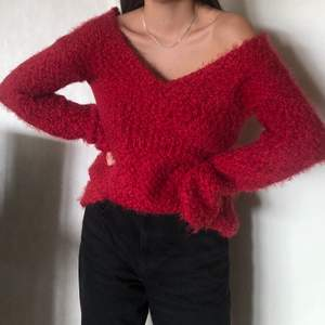Jättefin röd stickad tröjamed v-ringning, älskar materialet! Bara att höra av sig vid frågor.