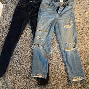 2 jeans, ett par från hm med hål, använt typ 10 ggr. De mörk blåa från lager 157 är i storlek s och dem med hål från hm i storlek M. 2 för 200kr och ett par för 150 kr.