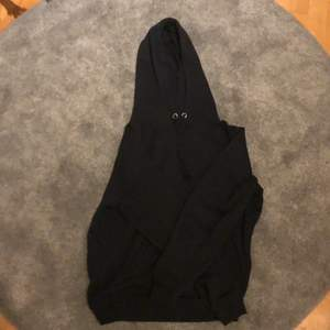 En svart hoodie från bikbok. Lite nopprig men men de syns inte, sälge pågrund av att jag inte använder den längre❤️🥰
