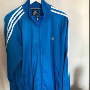 Adidas zip-tröja i storlek XL