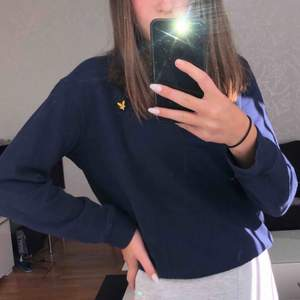 superskön marinblå lyle&scott sweatshirt ifrån kidsbrandstore, den är i barnstorlek men passar finfint på mig som är xs köpare står för frakt