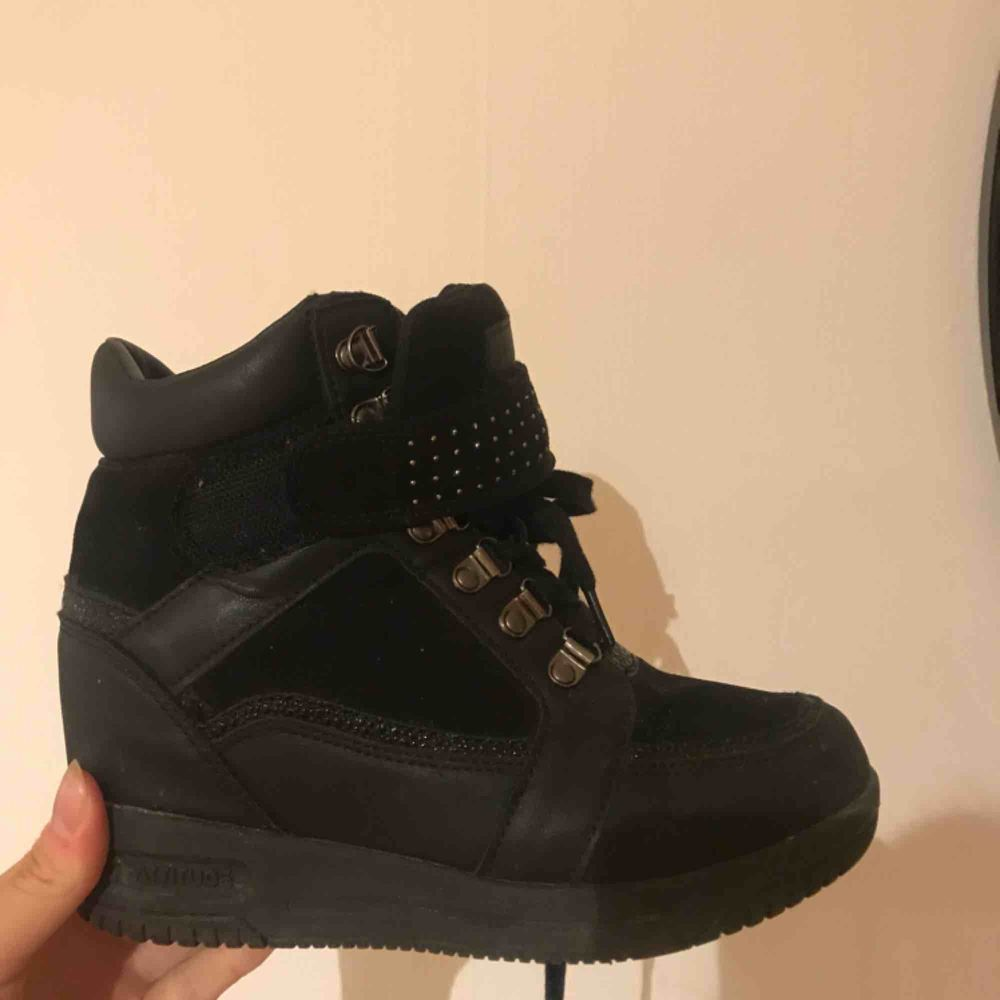 Svarta skor med klack i sulan! Sköna o isabel marant liknande☺️ köparen står för frakt. Skor.
