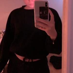 En jättefin svart sweatshirt med knytning i midjan 🤩 plagget är använt få tal gånger och i bra skick. Frakt tillkommer i priset❤️