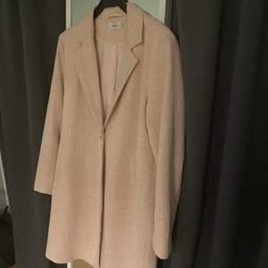 Ljusrosa härlig höstkappa från Only! Köpt i våras och använd ett fåtal gånger, kappan är i mycket fina skick! En härlig färg att piffa upp den gråa hösten med! Kappan är i storlek 40 men jag själv är en 38 och passar mycket bra