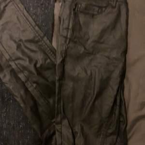 """Skinnbyxor från bubbleroom, svårt och få till bra bilder men det är ett par vanliga tighta """"jeans"""" med skinnimitation. Märket heter pieces"""