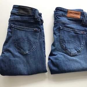 Säljer två st jeans från Hilfiger. De är i jättefint skick båda två, skickar gärna fler bilder om så önskas. De med slitningar är i strl 25/32 och de utan slitningar är  25/30. Nypris 1 200 kr/styck. Säljes för 200 kr/styck. Båda byxorna är i samma modell och den heter Low Rise Skinny Sophie 💙