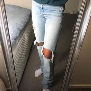 Säljer dessa superpopulära zara jeansen i storlek 34. Superköna och passar verkligen till allt. Buda från 250kr. Högsta bud just nu: 330kr