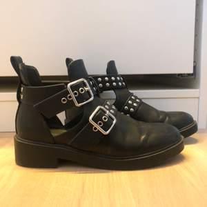 Snygga boots med coola detaljer som påminner lite om balenciagas cutout buckle boots! Knappt använda💓💓