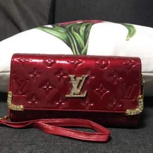 Säljer denna LV kopia plånboken. Inte alls använd. Vanlig frakt 52kr spårbar frakt 66kr
