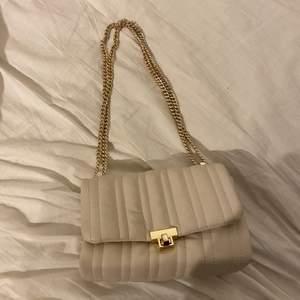 Säljer denna superfina väska från Zara. Använd fåtal gånger och i ett bra skick! Frakt tillkommer! 💜