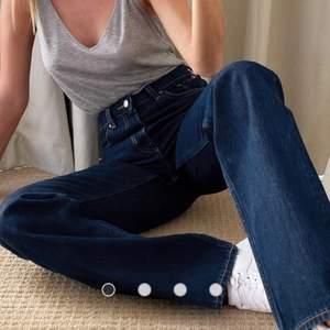 Mörkblå jeans från weekday i strl W26L30, i modellen voyage. Köpta här på Plick, men passade inte mig. Köpare står för frakt💗