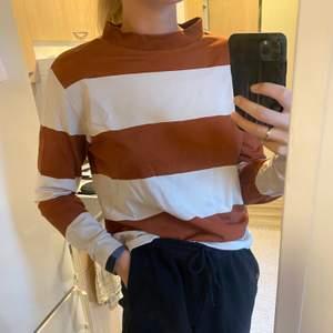 Superskön tröja från Lindex. Strl small. Kan skicka om köparen står för fraktkostnad. Annars kan jag mötas upp i Halmstad.