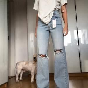Säljer ett par skitsnygga nya jeans från Zara i storleken 38💕🥺 skulle säga att de även passar en 36 som jag men säljer för att jag vill ha det lite tajtare i midjan🥰 skitsköna och sitter skitsnyggt!! Raka ben, jag är 172cm lång❤️