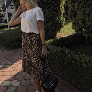 Snygg leopardkjol från reserved. Storlek 34. 100 kr 🐆
