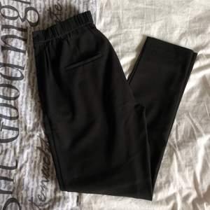 Säljer kostymbyxor från Vila i nyskick!! Storlek M! Skriv i pm om du är intresserad 🥰 Köparen står för frakt.