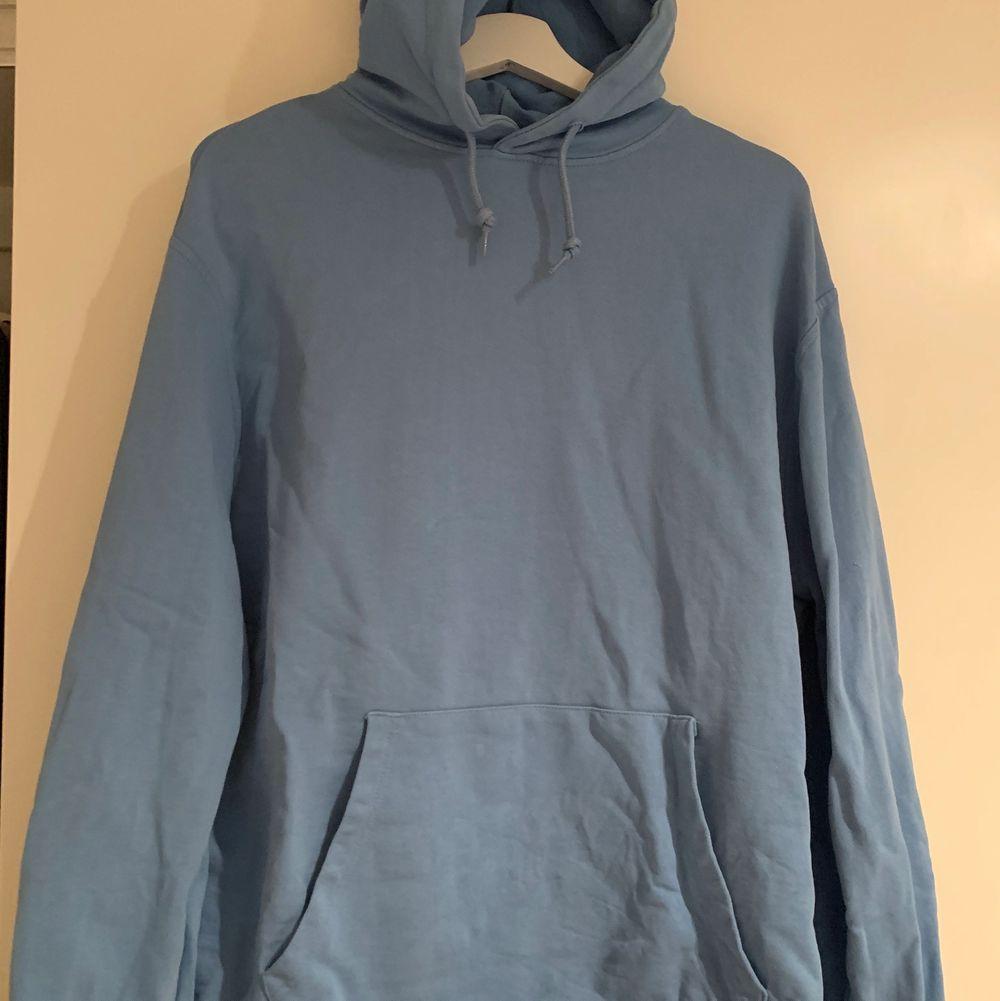 En jättefin blå hoodie från volt! Storlek L, knappast använd däremot har en liten fläck på fickan, skickar mer bild om de önskas💕 nypris 800kr. Tröjor & Koftor.