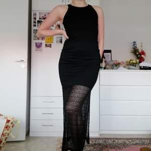 Skitnajs tajt klänning med spets och slits, aldrig använd. Passar bra både på fest o vardags! ✨