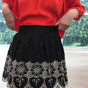 Härlig vippig kjol med fint mönster nedtill! Även tunn underkjol som sitter fast🖤 (Säljer även blusen🧡) Frakt tillkommer💌