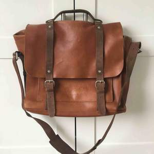 One of Sandqvist most classic models. Big room for stuff. Durable leather quality. Multiple layers and pockets. Posten +80kr