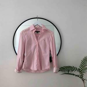 Ljusrosa Gant-skjorta med fina detaljer 🌞