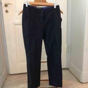 Kostymbyxor från Minimarket (innan Åhléns). Använda men i fint skick. Semiglansigt material, ankellånga med revär fram. Skickas mot fraktkostnad eller möts i Stockholm.