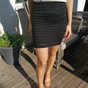 Fin svart tubkjol från guess billigare märke. Köpt på en outlet i New York för några år sedan. Använd fåtal gånger.
