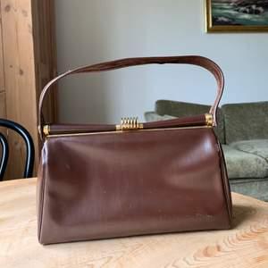 Så fin handväska, gissningsvis från 50-talet. Perfekt skick och storlek,  finns i Stadshagen, Stockholm.