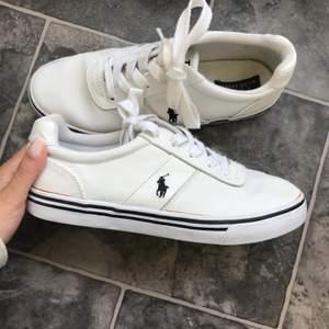 Vita sneakers från Ralph Lauren, äkta såklart! Använda max 3 gånger, men fortfarande lika fina och i fint skick! Material: skinn! Dm för mer. Säljs för 400kr