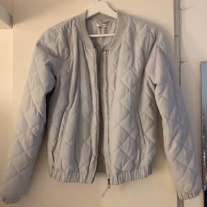 Ljusblå/grå jacka från Jaqueline de Yong i storlek S. Perfekt jacka nu till hösten!!🍁🍃 Jackan är sparsamt använd och i mycket fint skick! 150kr+frakt
