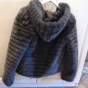 Säljer denna jacka då den aldrig kommit till användning, då de ej var min stil. HELT NY som sagt