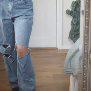 Blåa jeans från Prettylittlethings. Trendiga. Passar på mig som är 170cm.