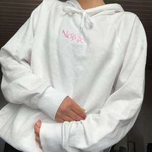 Vit nu hoodie från ett UF💓Märket heter Norr och går tyvärr inte längre att köpa💞Storlek: S/M            Köptes för ca 500kr, broderat märke☺️Endast andvänd en gång💙Buda gärna i kommentarerna