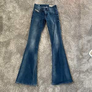 Ett par skit snygga tajta flare jeans i storlek 32 från Disel! Lite slitna nere vid fötterna pga av att dom är  långa.