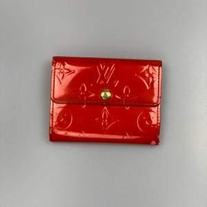 Hej! Vi säljer en Louis vuitton plånbok i väldigt bra skick 8-9/10! Den är perfekt för typen med kort samt sedlar och vill ha de lilla extra utrymmet än en korthållare.                  Skickas spårbart via postnord, har ni några frågor hör gärna av er
